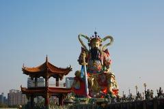 Estátua do deus da taoista em Lotus Lake Foto de Stock Royalty Free