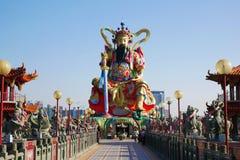 Estátua do deus da taoista em Lotus Lake Imagem de Stock Royalty Free