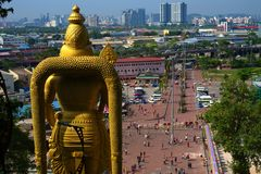 Estátua do deus de Hanuman Hindu que olha fixamente na skyline de Kuala Lumpur fotografia de stock