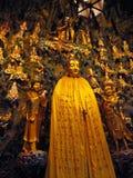 Estátua do deus do ouro cercada por estátuas douradas das crianças fotos de stock royalty free