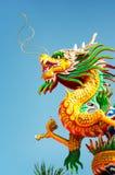 Estátua do dragão com céu azul Imagens de Stock Royalty Free