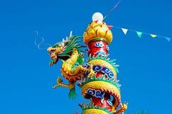 Estátua do dragão com céu azul Foto de Stock Royalty Free