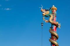 Estátua do dragão do estilo chinês com o céu azul no templo Imagem de Stock Royalty Free