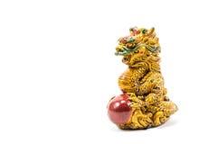 Estátua do dragão em um fundo branco Fotos de Stock Royalty Free