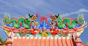 Estátua do dragão no telhado do templo da porcelana Fotografia de Stock Royalty Free