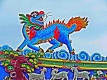Estátua do dragão que voa o telhado chinês do templo em Tailândia imagens de stock royalty free