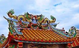 Estátua do dragão que voa o telhado chinês do templo em Tailândia imagens de stock