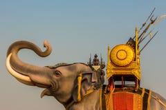 Estátua do duelo do elefante em Kanchanaburi Tailândia Foto de Stock