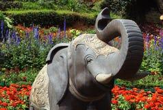 Estátua do elefante com flores Fotos de Stock Royalty Free
