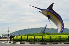 Estátua do espadarte em Kota Kinabalu, Malásia imagens de stock