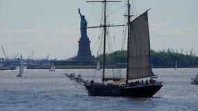 Estátua do esporte de barco de Liberty And Immigration fotografia de stock royalty free