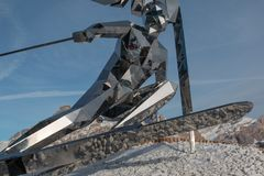 Estátua do esquiador, escultura feita com espelhos e cumes italianos das dolomites no fundo Imagens de Stock