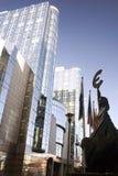 Estátua do Euro na construção do Parlamento Europeu em Bruxelas Foto de Stock Royalty Free