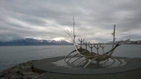 Estátua do explorador de Sun em Reykjavik Islândia fotografia de stock