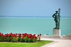 A estátua do ferryman e o lago Balaton visto de Balatonfured suportam fotografia de stock royalty free