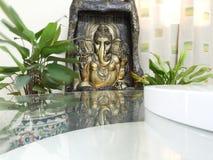Estátua do ganesh do senhor na água corrente fotos de stock