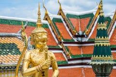 A estátua do guardião do anjo do mito no palácio grande de Banguecoque fotografia de stock