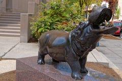 Estátua do hipopótamo perto do auditório de Lisner Imagem de Stock