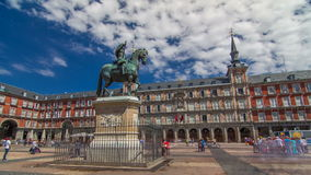 Estátua do hyperlapse do timelapse de Philip III na plaza do prefeito no Madri em um dia de verão bonito, Espanha vídeos de arquivo