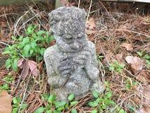 Estátua do jardim da bandeja do deus foto de stock royalty free
