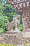 Estátua do leão-cão de Komainu no santuário xintoísmo de Ujigami em Uji, Japão Fotos de Stock Royalty Free