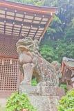 Estátua do leão-cão de Komainu no santuário xintoísmo de Ujigami em Uji, Japão Imagens de Stock
