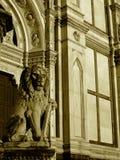 Estátua do leão e da igreja fotografia de stock royalty free
