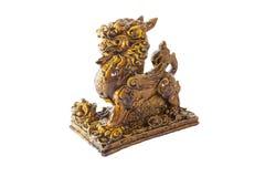 Estátua do leão em um fundo branco fotos de stock royalty free