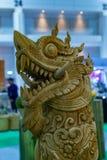 Estátua do leão feita da madeira foto de stock royalty free