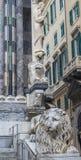 Estátua do leão na catedral de San Lorenzo em Genoa, Itália Fotografia de Stock Royalty Free