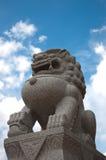 Estátua do leão na frente da igreja de Wat Siri Sao Thong Fotografia de Stock Royalty Free