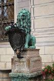 Estátua do leão na frente do Residenz 2 imagens de stock