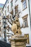 Estátua do leão perto de Hofburg Royal Palace em Viena Imagens de Stock Royalty Free