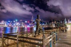 a estátua do Lee de bruce na noite em Hong Kong imagem de stock