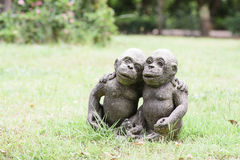 Estátua do macaco no gramado Fotografia de Stock Royalty Free