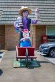 Estátua do menino de Amish fotos de stock royalty free