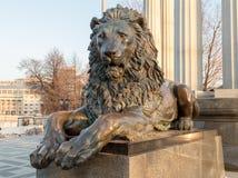 Estátua do metal do leão imagens de stock