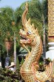 A estátua do Naga é uma escultura no templo imagem de stock