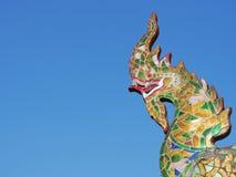 Estátua do Naga ou do rei da serpente com o céu azul no templo budista Fotografia de Stock Royalty Free