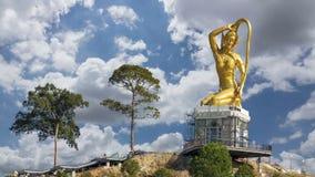 Estátua do ouro de Phra Mae Thorani video estoque