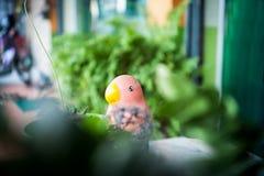 Estátua do pássaro no lugar da natureza Fotos de Stock
