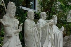 A estátua do padre chinês cinzelou do mármore branco imagens de stock royalty free