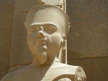 Estátua do Pharaoh, templo de Karnak, Luxor, Egipto Foto de Stock