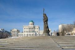 Estátua do príncipe Vladimir o grande e a construção da biblioteca do russo do estado, Moscou, Rússia Imagem de Stock Royalty Free
