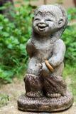 Estátua do rapaz pequeno em um jardim imagens de stock royalty free