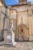 Estátua do rei asturiano Alfonso II ao lado da catedral Fotos de Stock