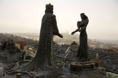 Estátua do rei e da rainha sobre o botão Fotos de Stock Royalty Free