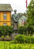 Estátua do rei Haakon VII de Noruega em Tromso, Noruega Haakon VI imagem de stock