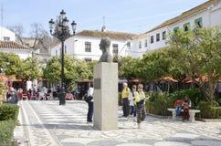 Estátua do rei Juan Carlos mim na plaza da árvore alaranjada Imagem de Stock Royalty Free