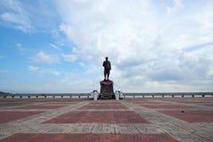 Estátua do rei Rama V na praia de Phatthalung fotos de stock